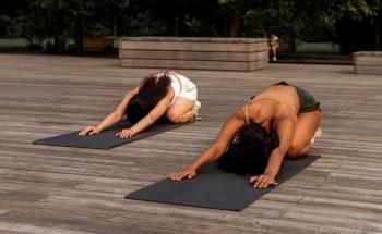 Cours de yoga extérieur